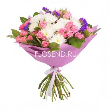 Букет из розовых роз и белых хризантем