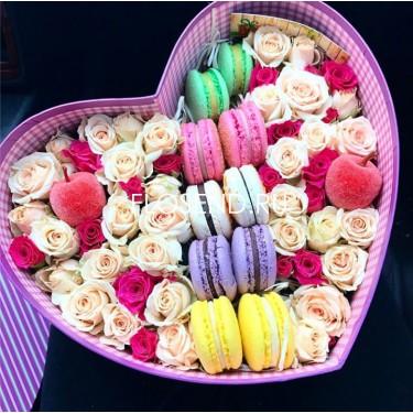 Цветы и макаронс в коробке № 189