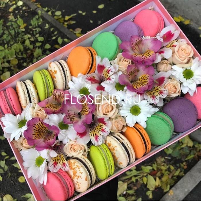 Цветы и макаронс в коробке № 180