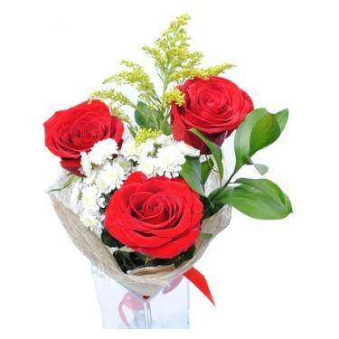 Букет цветов красных роз и белых хризантем